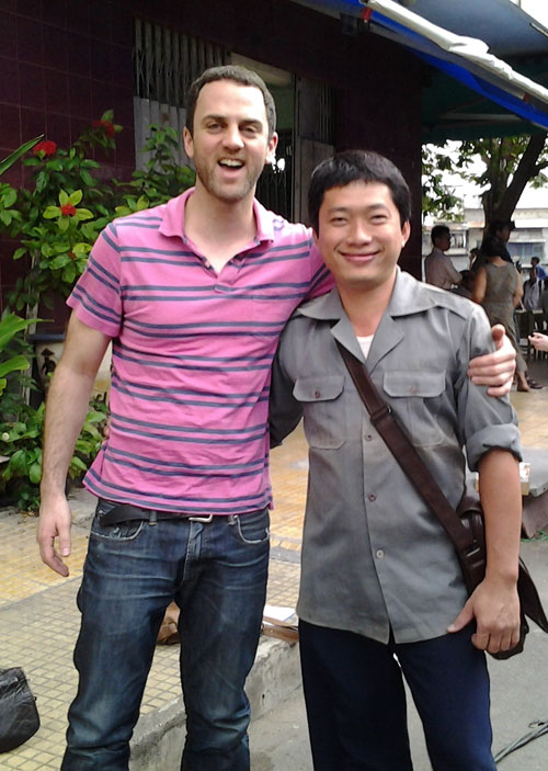 """Kinh Quốc (phải) những ngày trên phim trường """"Noble"""" của Mỹ."""