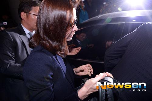 Diễn viên lên xe rời tòa án trong buổi đêm.