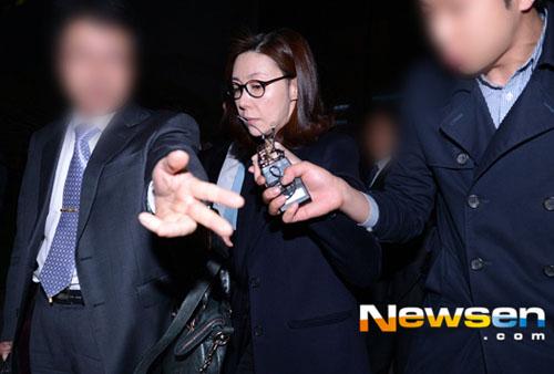 Sau bảy tiếng thẩm vấn, người đẹp ra về với vẻ mệt mỏi, chán chường thể hiện rõ trên gương mặt.