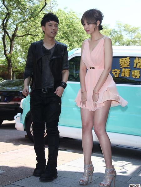 Người mẫu có vòng một đẹp nhất xứ Đài, An Tâm Á, mới đây tham gia hoạt động cùng ca sĩ Trần Uy Toàn. Cô bối rối khi bị gió tốc váy.