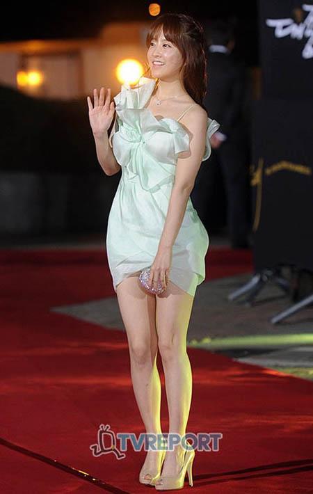 Park Bo Young cười gượng trên thảm đỏ.
