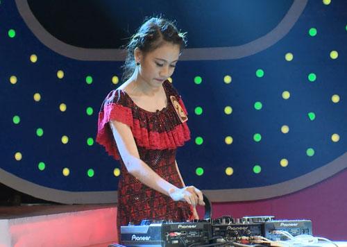 Chương trình khép lại với phần phán đoán ai là DJ. DJ xinh đẹp Trương Thị Vân mang lại nhiều tràng cười cho khán giả.