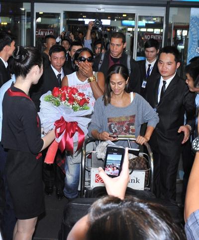 Kelly Rowland - một trong ba thành viên của nhóm nhạc này, đã đặt chân đến Việt Nam để tham gia biểu diễn trong chương trình H-Artistry 2014. Dù cô đáp máy bay khá trễ nhưng các fan hâm mộ vẫn kiên nhẫn tập trung khá đông để chờ được gặp thần tượng.