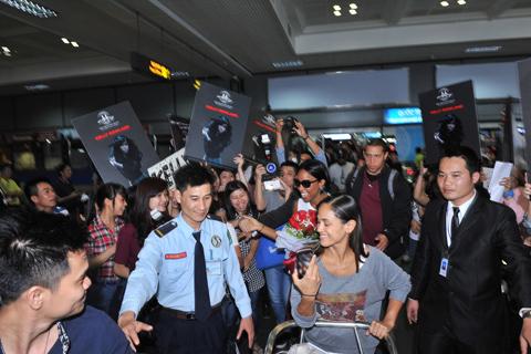 """Sự chào đón nồng nhiệt của người hâm mộ tại Việt Nam khiến Kelly Rowland không khỏi bất ngờ và xúc động. Khi vừa ra đến cửa, Kelly đã được nghe thấy các fan Việt đang hát vang đoạn điệp khúc ấn tượng trong bài hát """"Dilemma"""" - bản hit đã làm nên tên tuổi của cô."""