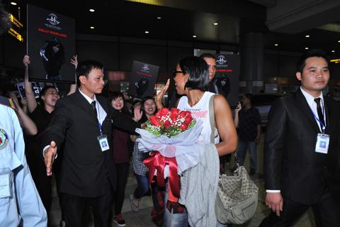 """Suốt quá trình xuất hiện tại sân bay, trong trang phục đơn giản, năng động, Kelly Rowland khiến các fan ngất ngây. Trước khi lên xe về khách sạn nghỉ ngơi, nữ ca sĩ """"Dilemma"""" không quên tươi cười vẫy chào người hâm mộ."""