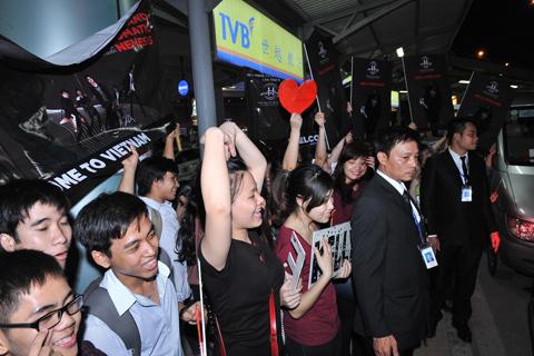 """Vẫn dõi theo xe của Kelly, các fan Việt không ngại thể hiện sự yêu mến của mình dành cho thần tượng. Họ mong đợi được tận mắt thưởng thức phần trình diễn của Kelly Rowland tại sự kiện """"Đêm nghệ thuật Hennessy lần thứ 6"""" được tổ chức vào tối ngày 17/4 săp tới tại Trung tâm hội nghị quốc gia."""