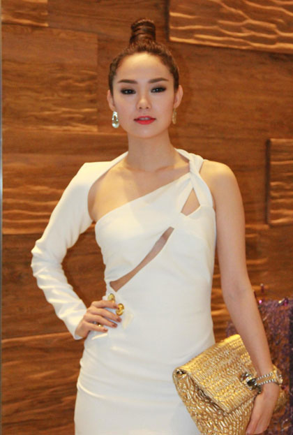 Minh Hằng diện trang phục cut - out táo bạo.