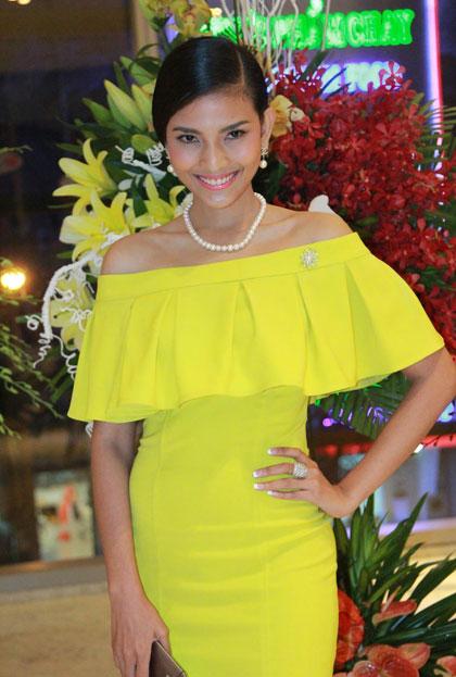 Người đẹp Trương Thi May diện váy vai trễ màu vàng rực.