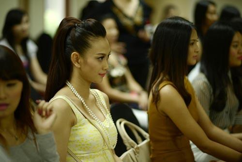 Các thí sinh tập trung theo dõi cuộc thi của những người trước mình.