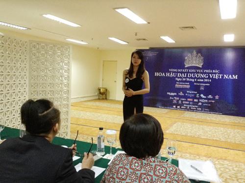 """Thí sinh Hà Nội bày tỏ niềm ngưỡng mộ đối với Lý Nhã Kỳ khi tham dự cuộc thi """"Hoa hậu Đại dương""""."""