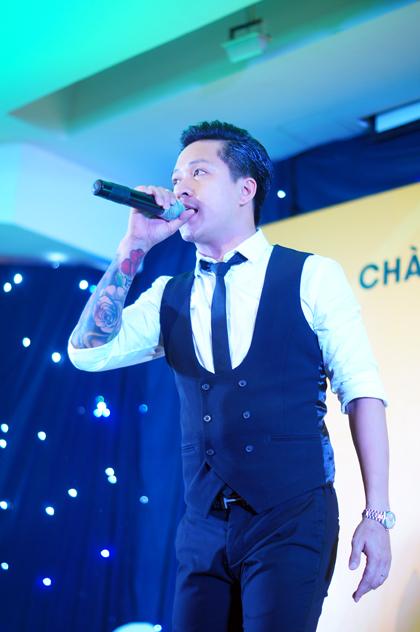 Nam ca sĩ mở đầu màn biểu diễn của mình với ca khúc