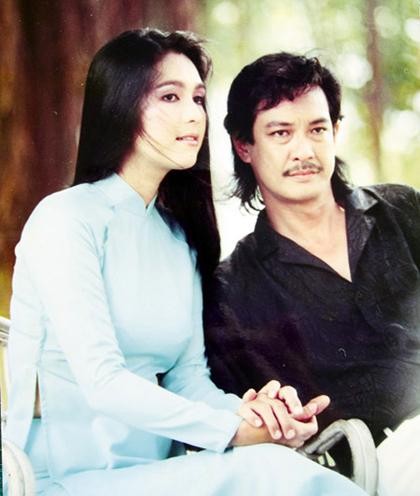 Ban đầu, khi mới bước chân vào làng nghệ thuật, NSƯT Chánh Tín khởi nghiệp bằng nghề ca hát. Những năm 70, ông là một ca sĩ nổi tiếng tại miền Nam Việt Nam, được nhiều người biết đến. Ông bén duyên với điện ảnh khi nhiều đạo diễn ấn tượng với hình ảnh vừa hút thuốc, vừa hát của ông và mời ông tham gia đóng phim.
