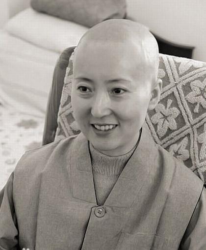 Đầu năm 2007, Trần Hiểu Húc xuống tóc đi tu.