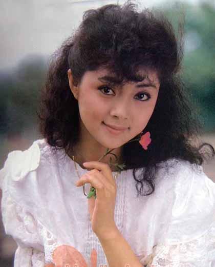 Trương Lợi thường khẽ mỉm cười khi chụp chân dung