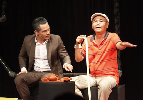 Trung Dũng (trái) vai Giáo sư Nguyên và NSƯT Việt Anh vai đạo diễn Nam Vân.