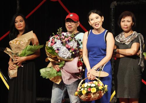 Từ trái qua: diễn viên Kim Khánh, đạo diễn Lý Khắc Lynh, Nghệ sĩ Ưu tú Mỹ Uyên (thứ hai từ phải qua) cùng