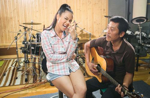 Ca sĩ Phương Vy chọn cách hát acoustic với guitarlist. Cô cho biết,