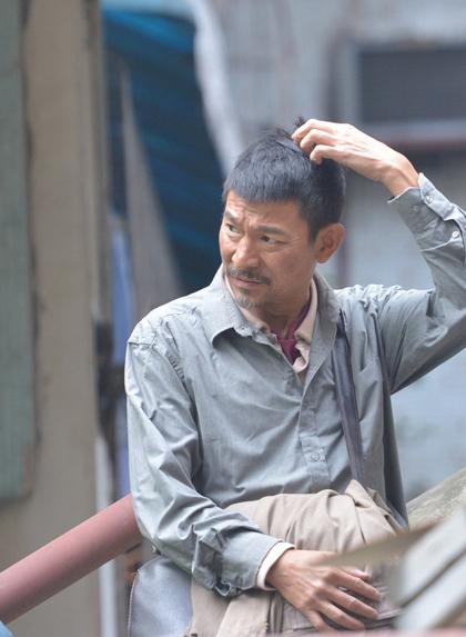 163 mới đây đăng hình ảnh Lưu Đức Hoa trên trường quay phim Lost and Lonely, tại Trùng Khánh, Trung Quốc.