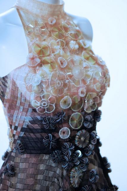 Bộ sưu tập của nhà thiết kế Công Trí lấy cảm hứng từ nước, vận dụng tối đa những kĩ thuật đính kết, cắt laser, đan lát, in hoạ tiết trên vải.