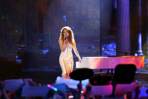 [Caption]Nữ giám khảo Mỹ Tâm gửi tặng khán giả ca khúc Như một giấc mơ do chính cô  sáng tác và đệm đàn. Đây là hit đình đám của Mỹ Tâm nên khán giả ở trường quay  thuộc lòng và hát theo.