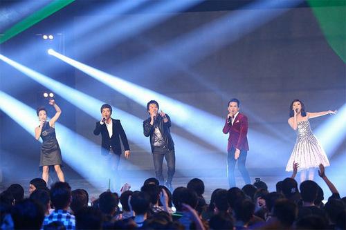 Phần trình diễn đặc sắc tiếp theo đến từ Thanh Bùi, Yasuy, Văn Mai  Hương, Quốc Thiên và Uyên linh với liên khúc I was here-born this way.