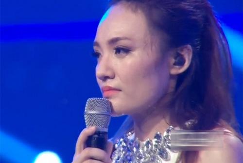 """Với số phiếu bình chọn khá xuýt xao: 52%, Nhật Thuỷ đã đạt ngôi vị quán quân Vietnam Idol 2013. Khi nghe kết quả, Minh Thùy đã ôm Nhật Thủy và cười rất tươi chúc mừng chiến thắng của cô em gái. Nhật Thủy chia sẻ: """"Em xin gởi lời cảm ơn chân thành nhất đến nhà sản xuất, các phóng viên báo đài, ban giám khảo, trường đại học, trường cấp 3 và gia đình đã giúp em làm nên thành công này"""". Nữ ca sĩ thể hiện ca khúc đặc biệt dành cho người chiến thắng """"Tự nguyện"""". Ca khúc đã được chọn để thể hiện ước vọng hòa bình của dân tộc trong những ngày này."""