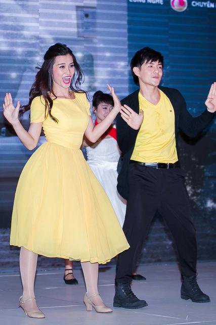 Đêm 10/ 5, tại một không gian mở ở TP.HCM, đôi tình nhân Đông Nhi và Ông Cao Thắng lần đầu tiên diễn xuất chung trong một vở nhạc kịch ngắn.