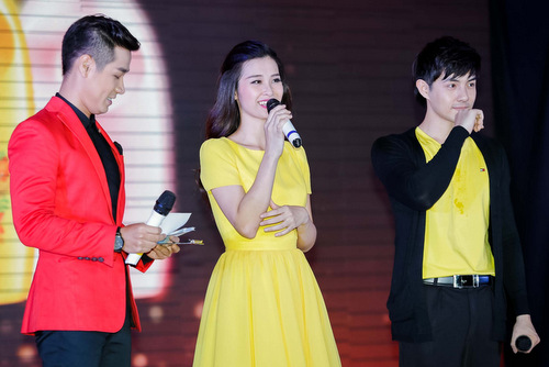 Đêm qua 10/ 5, tại một không gian mở ở TP.HCM, cặp đôi Đông Nhi và Ông Cao Thắng lần đầu tiên tham gia diễn xuất trong một vở nhạc kịch ngắn. Tuy chưa có nhiều kinh nghiệm diễn xuất, nhưng cả hai đã hoàn thành rất tốt vai trò của mình trong đêm diễn.