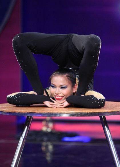 Cô gái khiến khán giả trầm trồ vì độ dẻo dai của cơ thể.