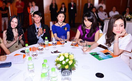 Phi Thanh Vân (trái) và hai chị em diễn viên Mai Thu Huyền - Mai Thu Trang (phải).