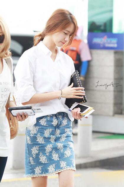 Yoona kết hợp áo với váy họa tiết hoa