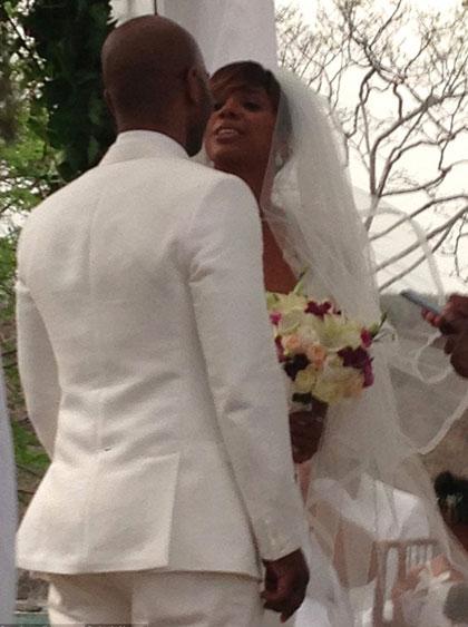 Kelly Rowland hạnh phúc bên chồng trong ngày cưới. Ảnh: Splash.