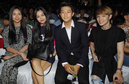 """Ngồi dưới theo dõi học trò của mình, """"Đả nữ"""" màn ảnh Việt tỏ ra khá hài lòng trước phần trình diễn tốt nhóm."""