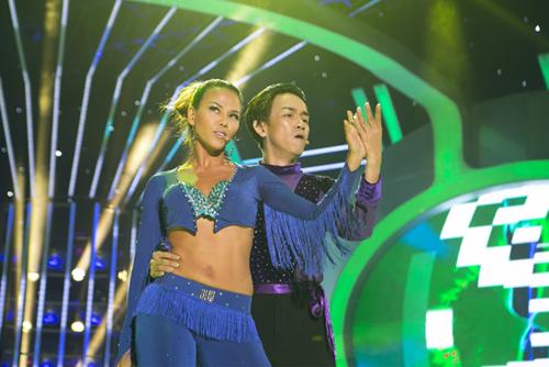 Hai nghệ sĩ phối hợp với nhau nhịp nhàng trên sân khấu. Kết thúc tiết mục, Minh Thuận còn dành cho Thúy Uyên một cái nháy mắt tinh nghịch.