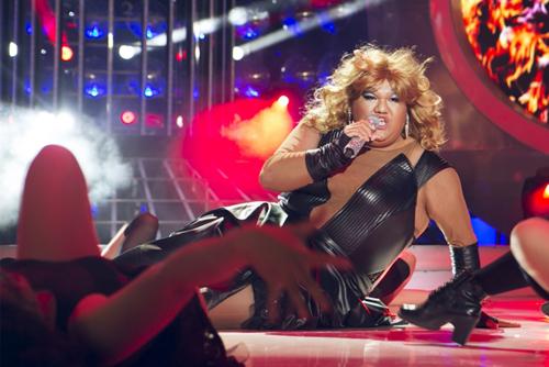 Nam ca sĩ gây ấn tượng với màn thay trang phục ngay trên sân khấu.