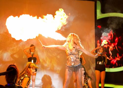 """Nữ ca sĩ khiến ban giám khảo và khán giả thích thú với màn phun lửa điệu nghệ. Nhạc sĩ Đức Huy thừa nhận ông """"tâm phục khẩu phục"""""""