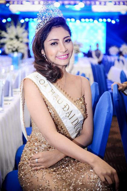 Hoa hậu Đặng Thu Thảo xuất hiện trong buổi tiệc với chiếc áo dáng đuôi cá, ánh kim lộng lẫy.