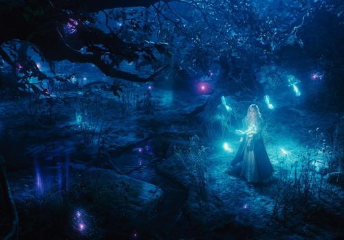 Khung cảnh khu rừng đêm tuyệt đẹp mà công chúa Aurora lạc lối vào và mải mê khám phá. Ảnh: Disney.