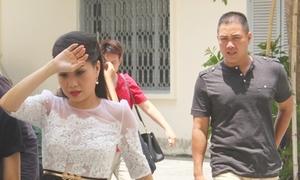 Chồng hộ tống Cẩm Ly đi chấm thi Giọng hát Việt nhí