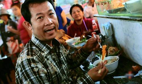 Vân Sơn thưởng thức món bún suông tại một gian hàng ăn ở chợ Bến Thành, TP HCM.