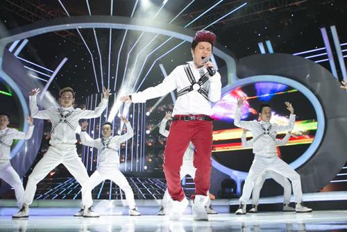"""Mi-A hóa thân thành Noo Phước Thịnh trong ca khúc """"Đừng nhìn lại"""". Cô chinh phục khán phòng không chỉ nhờ giọng hát mà còn cả vũ đạo đẹp mắt."""