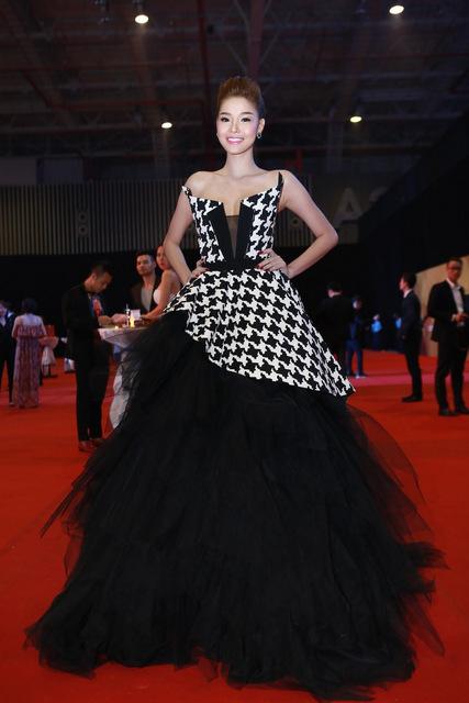 Kỳ Hân trong trang phục của nhà thiết kế Tăng Thành Công.