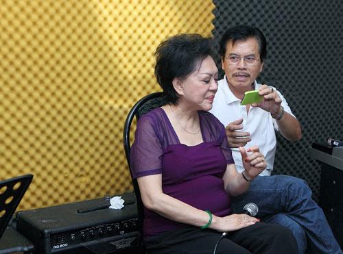 Ông còn thu âmi đoạn bà tập hát để bà nghe lại rồi chỉnh sửa cho hoàn hảo tiết mục.