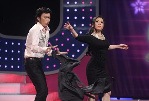 Việt Hương cởi các lớp áo mặc trên người.