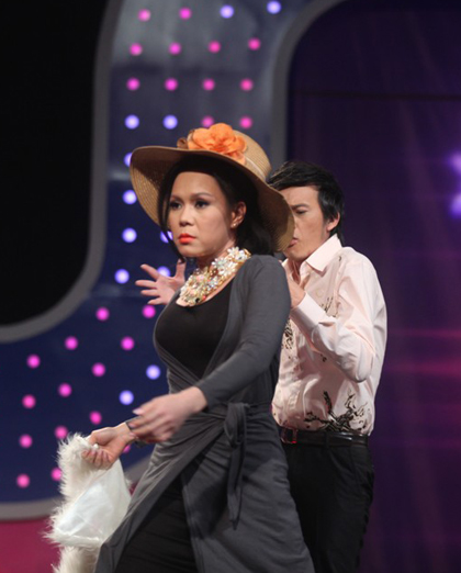 Việt Hương bước ra sân khấu với váy áo
