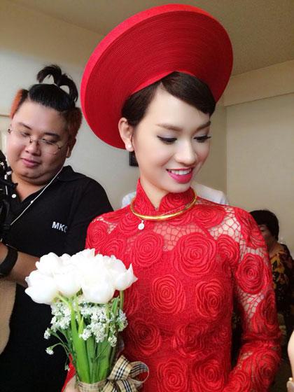 Ngay từ sáng, Trà My Idol đã chuẩn bị váy áo xinh đẹp chờ nhà trang sang rước dâu.