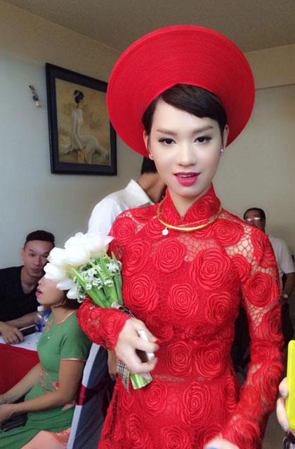 Cô chọn kiểu trang phục truyền thống với áo dài và khăn đóng màu đỏ rực. Đây là màu sắc mang lại may mắn cho ngày cưới.