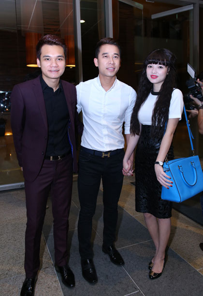 Nhạc sĩ Khắc Việt (trái) cùng Lê Hoàng nhóm The Men đi dự tiệc.