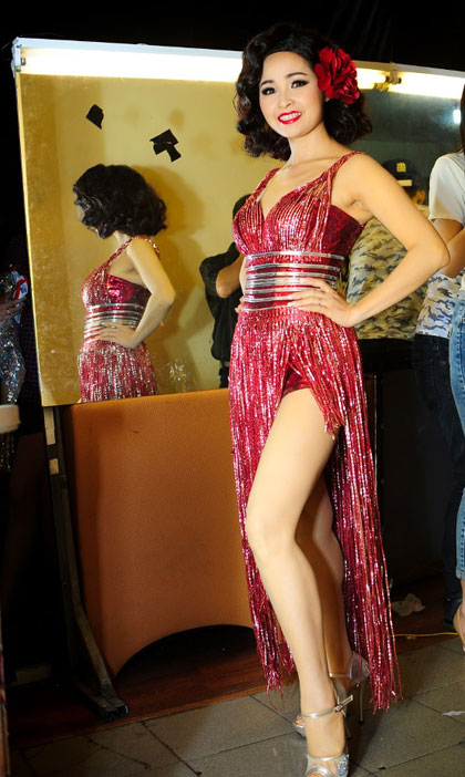 Ngược lại, nữ ca sĩ Trang Phục chọn bộ trang phục diễn khá quyến rũ.