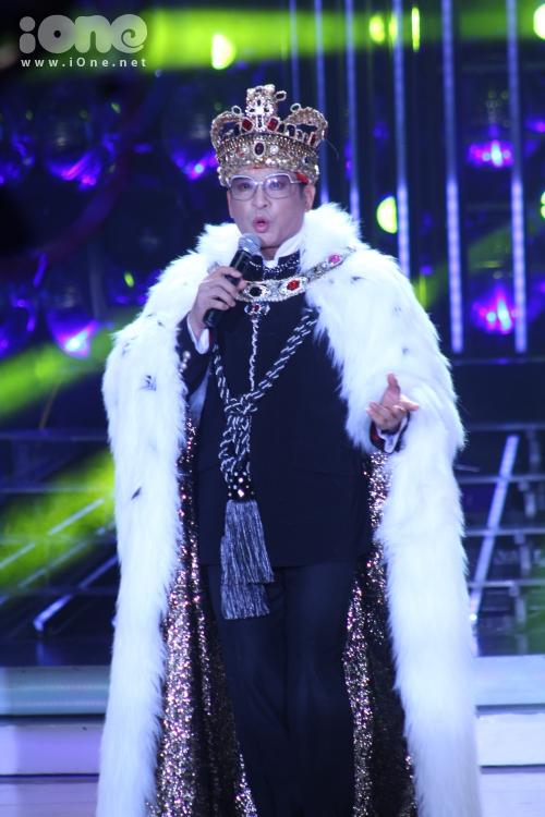Mở đầu chương trình, MC Thanh Bạch xuất hiện với hình tượng ông hoàng của vương quốc Gương mặt thân quen.